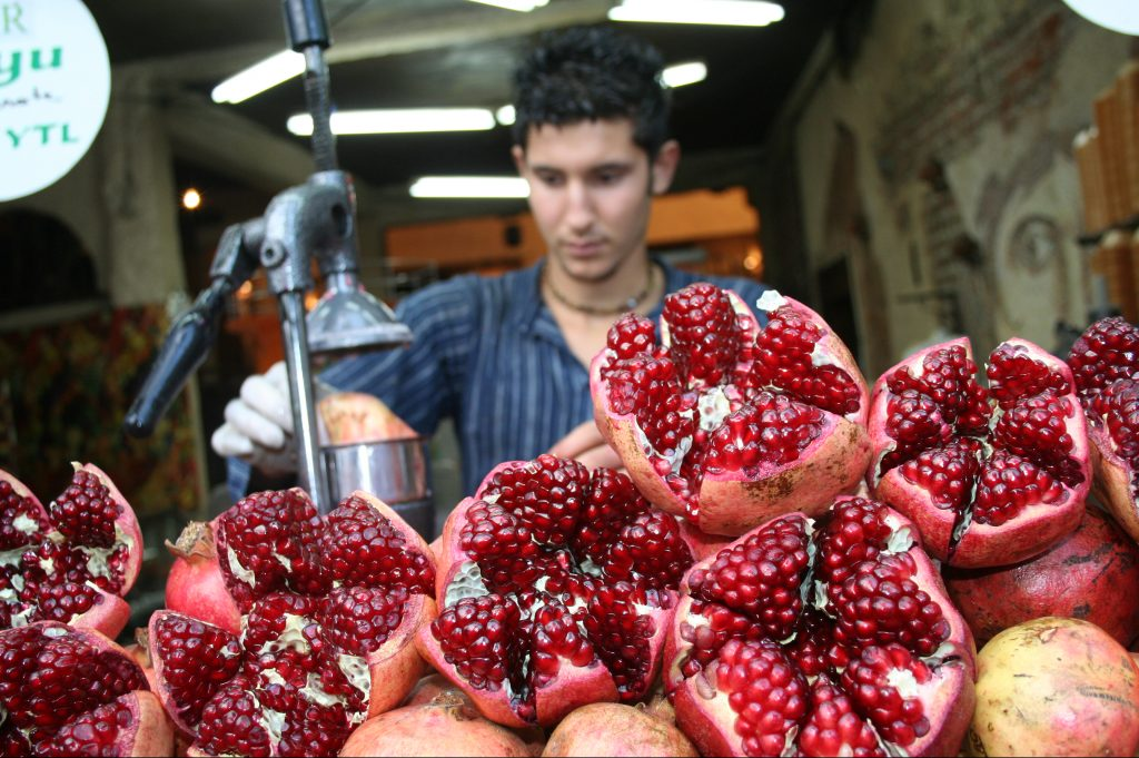 Makingpomegranatejuice