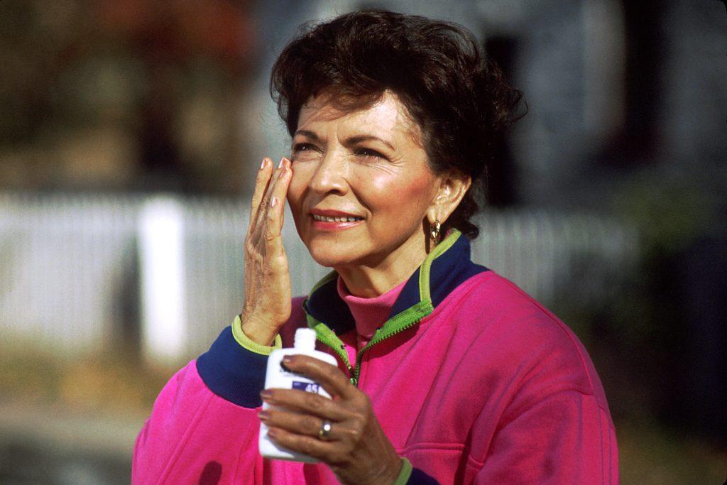 Woman_applying_sunscreen